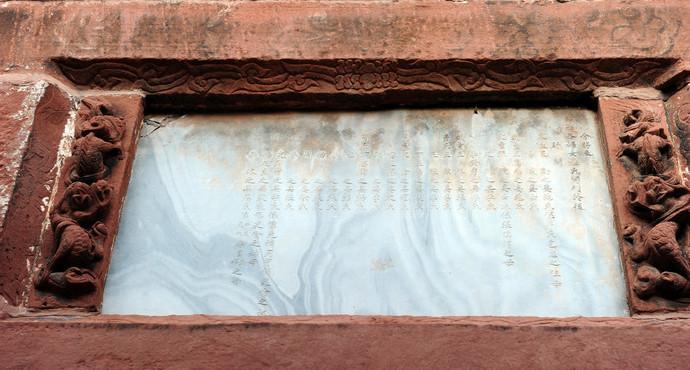 在一街街尾靠五马桥头处,有一牌坊,是著名的贞孝总坊。建于清光绪二十七年(公元1901年)。据说是慈禧太后下旨建的。不是为某一女子所立,而是为几十个女所共立。是一座牌楼式全红砂石质牌坊。为四柱三间结构。额枋上镶嵌的大理石板上,正中镌刻着节孝总坊,右边刻霜筠二字,左边刻雪操二字。这座古建筑,做工精巧,造型庄重,雕刻精美,堪称精品。牌坊周身均布满浮雕,正中为四龙戏珠图案。三道门楣上用三层龙头、象鼻组成斗拱,构成12座石阙,高高托起牌坊顶部。共有龙头68个,象鼻54条。斗拱之间雕刻着唐僧取经