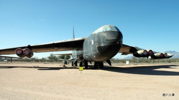 亚利桑那州图桑市外,是美国的戴维斯空军基地。 这里有世界上最大的飞机坟场。由美国国防部于 1946年建造。 主要用来存储美军退役下来的飞机。 这里地东东第一大特点是样样儿家伙全是服过役的(许多还在世界各地参过战的)真品。没有一件儿是模型或样品一类的打不响的假货。 第二是这个地方实在大的出奇。我的感觉是,无论往哪个方向看都是宝贝飞机,毫不夸张,真的看不到边际。我花了两整天的时间只能算是走马观花地看了一下。没太多机会在某一架飞机前停留太久。 坟场分为两大部分。 第一部分, PIMA博物馆。 这里全由志愿者免费