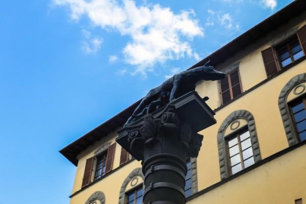 这与传统的罗曼式建筑风格中的圆形拱顶,桶形构造,圆窗圆门大相径庭.