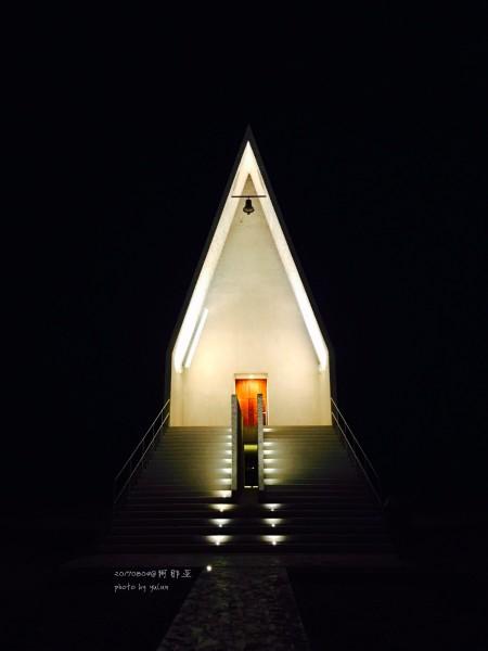 夜晚矗立在海边的阿那亚礼堂.