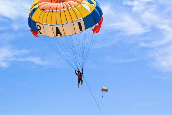 巴厘岛 游记   南湾海滩各种海上娱乐项目:滑翔,潜水,游艇,海上飞鱼等