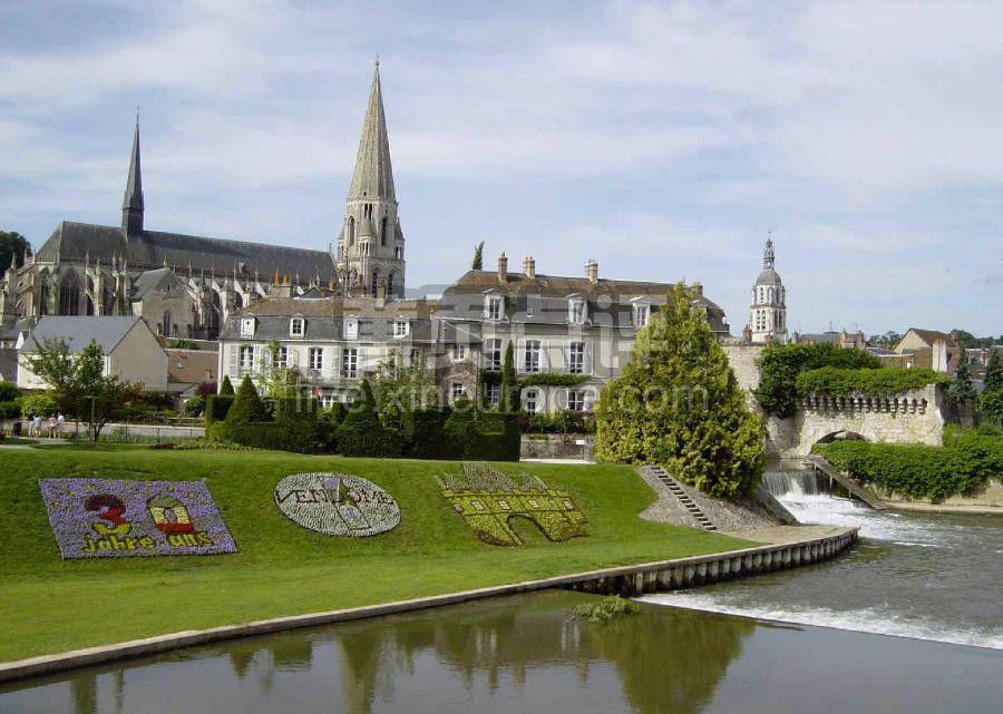 2.香波城堡Chateau de Chambord 香波城堡(亦被称为:香波堡)是卢瓦尔河谷所有城堡中最宏伟也是最大的一个,已经有500多年的历史。附近的居民常喜欢把它和阴柔的舍侬索堡封为法国古堡里的一王一后。香波城堡建在法国贵族生活气味最浓厚的地区,森林遍地,盛产木材、葡萄酒,法国历代的国王、贵族在此打造一座又一座度假用的狩猎宫殿,甚至还不时举朝迁移至此。