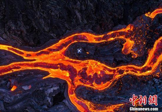摄影师冒险拍火山,喷发瞬间被拍下!