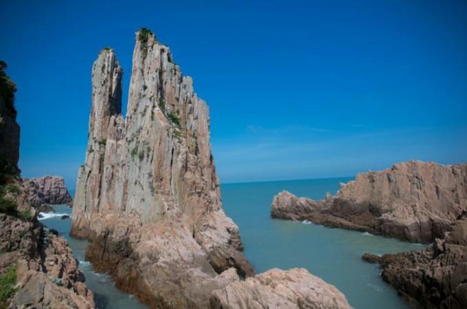 大陈岛位于浙江台州市椒江区以东54公里处,有常住居民以上