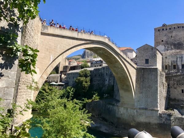 石拱桥的桥头堡现在是个小的博物馆,可以登上去看看旧城全景,上去
