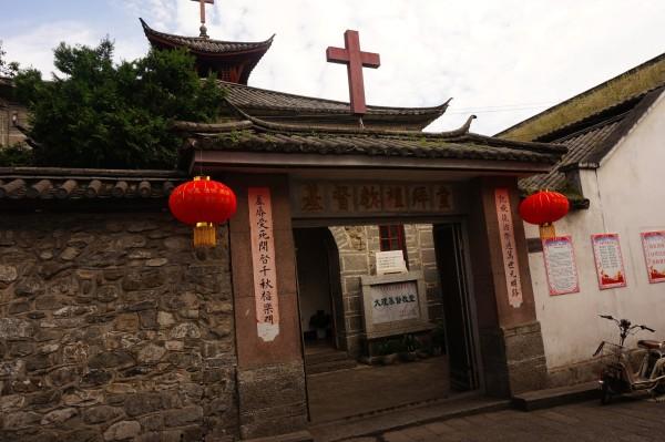 """基督教堂 (网图)—写有 """"爱的真谛""""基督教歌曲的墙面"""