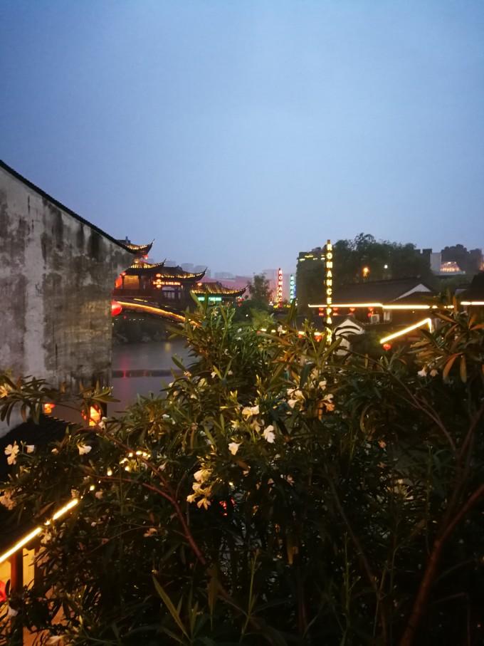 从杭州的起源,到西湖传说,到当今杭州,中间穿插的情节,不细想竟回忆不
