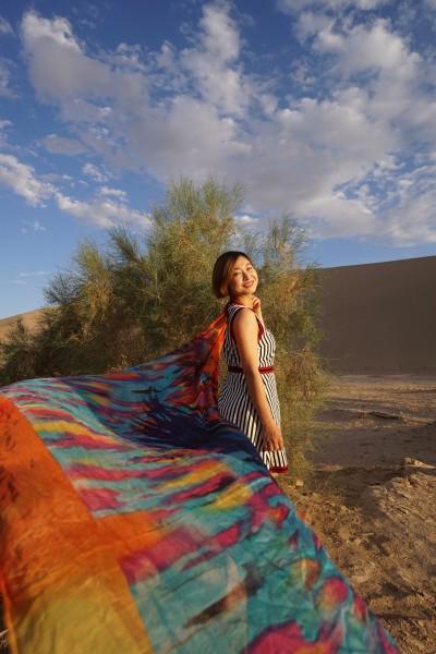 五彩的丝巾拍照的时候还是美丽的.