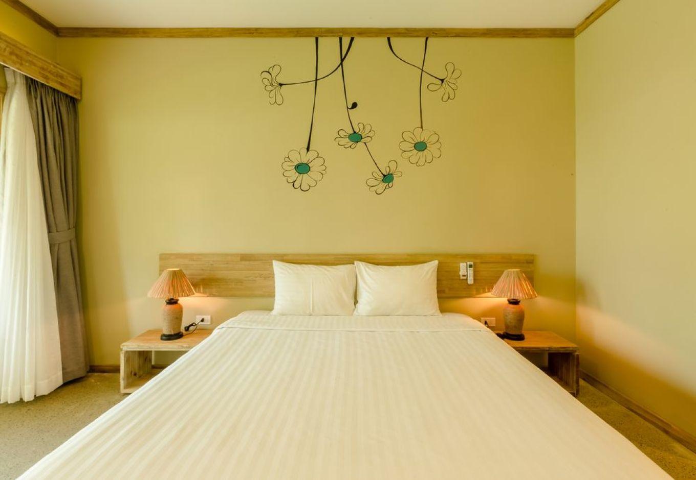 酒店位置 富国岛拉海娜度假酒店位于富国,距离富国海滩和廷巴蒂伊龙茶茅不到 5 分钟车程。 此度假村距离富国夜市 1.1 英里(1.8 公里),距离Dinh Cau Temple 1.2 英里(1.9 公里)。客房 有 85 间空调客房提供迷你吧和平板电视;您定能在旅途中找到家的舒适。免费无线上网让您与朋友保持联系;有线节目可满足您的娱乐需求。配备淋浴/盆浴组合的私人浴室提供免费洗浴用品和吹风机。便利设施包括保险箱和书桌;而且每天提供客房服务。设施 您可享受室外游泳池和健身中心等度假设施。此度假村还提供免费