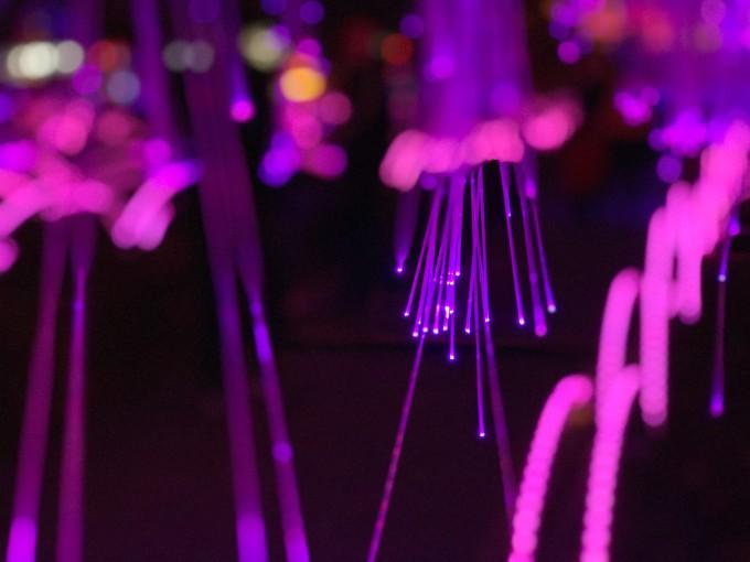 夜幕降临,音乐喷泉,钟楼,鼓楼的灯光一齐亮起,十分壮观.