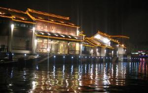 江苏娱乐-夜游护城河