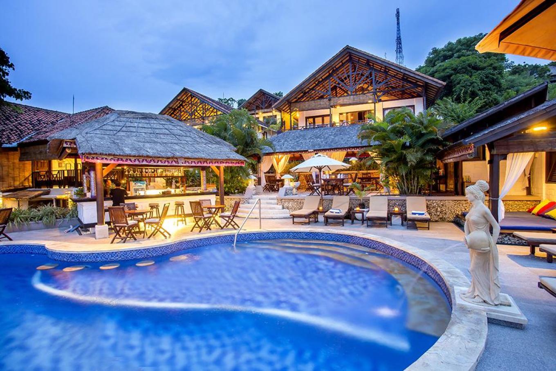蓝梦岛是巴厘岛必去的景点之一,当然了它们那边的酒店也是数一数二的,一些硬件设施和周围的环境都是顶级的,它是座落在海滩边上的悬崖上一家酒店,属于蓝梦岛的中心地带,记得当时下榻的时候,那边男服务生很到位,由于各种兴奋,隔天起了个大早就是为了看美丽的日出风景等等,难得预定好的海滩别墅,那种壮观不比乌鲁瓦图情人崖的来的逊,虽然住一晚是有点小小奢侈,花了2000多,但是真心不枉费我看到的和我感受到的风景和美丽,蓝梦岛的海滩颜色也不比梦幻海滩差到哪里去,唯一唯一不足的是毕竟靠近大海,所以会比较吵一点,难免的毕竟是中心
