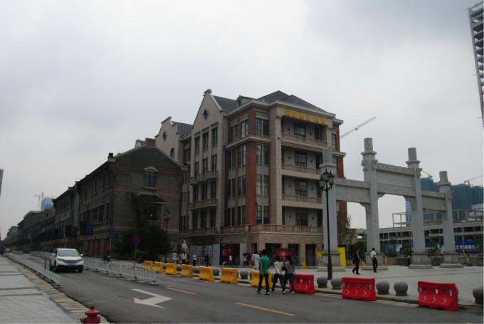 汉街,现代建筑和欧式建筑穿插在民国风格的建筑中