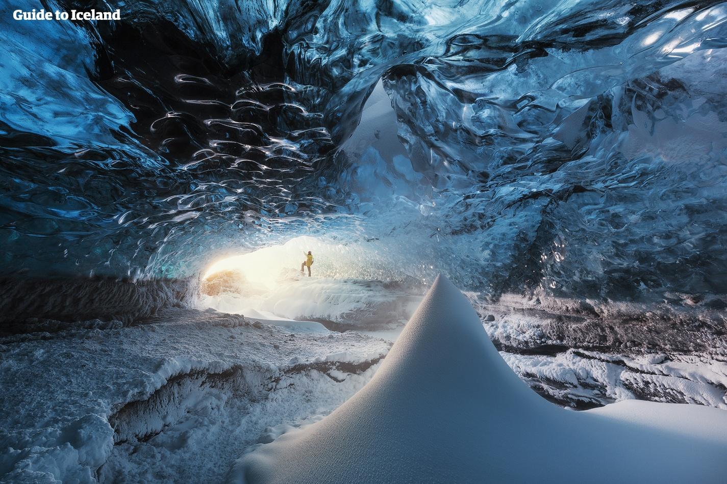 他们在冰岛第二大冰川--朗格冰川挖出了一条长达几百米的冰川隧道