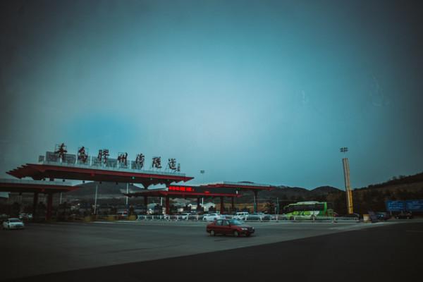 从青岛北站出来,可以直接买到达黄岛 即墨 胶南等地的定制公交哟 非