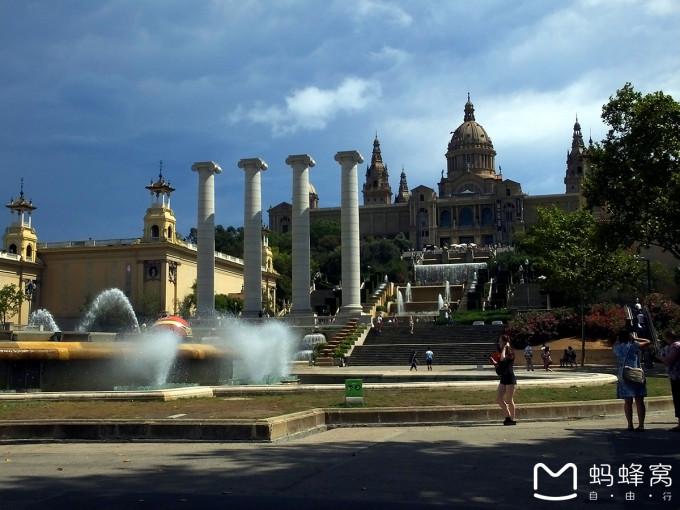 深圳山�9�.��nya_巴塞罗那的西班牙广场(placa espanya)坐落于蒙锥克山(montjuic)