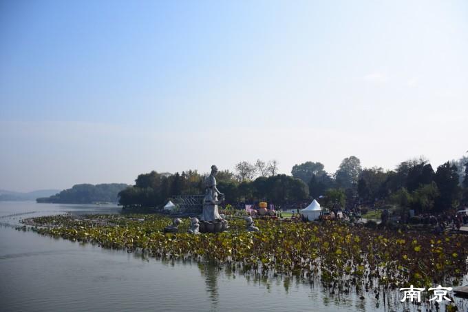 玄武湖湖中有4个小岛,彼此相连,岛中漫步,尽赏湖景.
