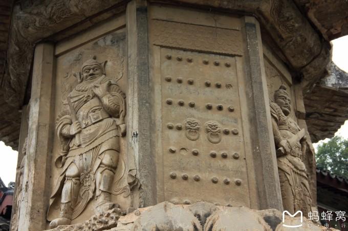 云冈石窟.因此可以看作是同时代的作品。千佛崖石窟自齐粱以后至隋唐年间,其间是否增饰,史无记载。然而,从宋朝开始,至明清时期,代有增修雕饰,并且遗留下了大量的题刻。其中以南唐徐铉、徐锴的篆文题名年代最早,以宋人游九言千佛岩、栖霞山六个长宽约50厘米的巨楷大字最为引人注目。千佛崖石窟经过1500余年的陆续修饰增筑,石窟佛龛大小错落,点缀在石壁上,形若蜂房鸽舍,景象蔚为壮观。1925年12月,著名考古学家向达先生通过对栖霞山千佛崖石窟的实地调查,共统计出石窟佛龛294个,造像5 15尊。1994年l0月至