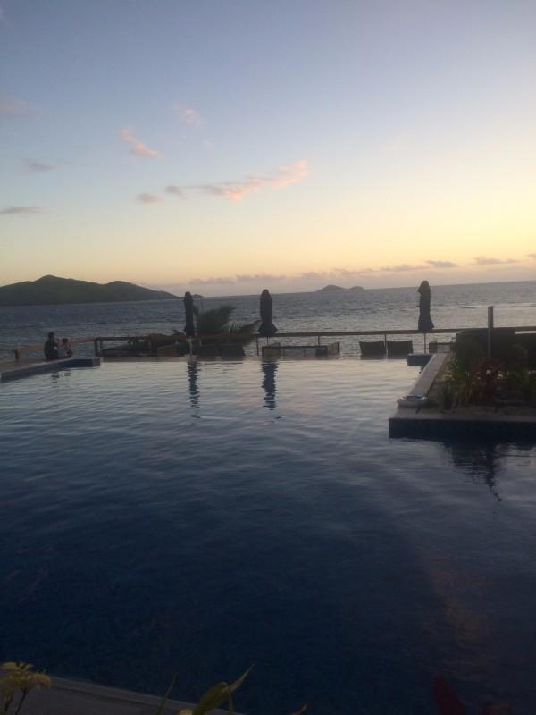 第六天 2016年1月22號 最后一天參加了一日游活動,也是之前的淘寶店主推薦的---斐濟海上酒吧Cloud 9一日游體驗活動。 Cloud 9是艘木造的帆船,是斐濟唯一僅有的兩層海上浮動的天堂樂園,搖曳在馬馬努卡群島(Mamanuca Islands)附近。 Cloud 9 既是一間浮動的匹薩餅店,也是一座水上酒吧。這里有意大利手工制造炭火烤制的經典披薩,同時囤滿了國際頂級飲品,以及當地最受歡迎的斐濟啤酒和朗姆酒,各式各樣美味的雞尾酒、 繽紛果汁、瓶裝的斐濟水。 船上基礎設施比較完善,有舒適的大沙發,