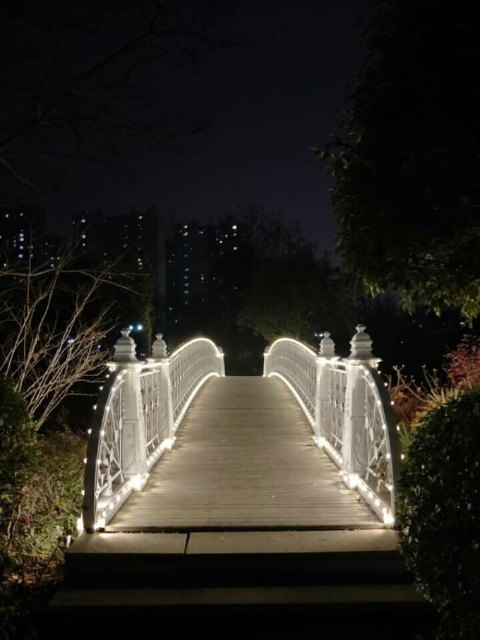 了一个发光的小亭子   再往前走就 风情吸引,晚上的灯光效果超级好图片