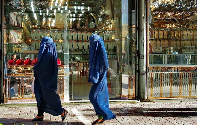 阿富汗女人蒙頭蓋臉挑金飾
